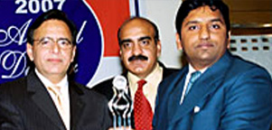 Mr. abdul Rasheed from Model Steel receving Jang Business Award 2007 from Federal Minister Dr. Mohammad Amjad
